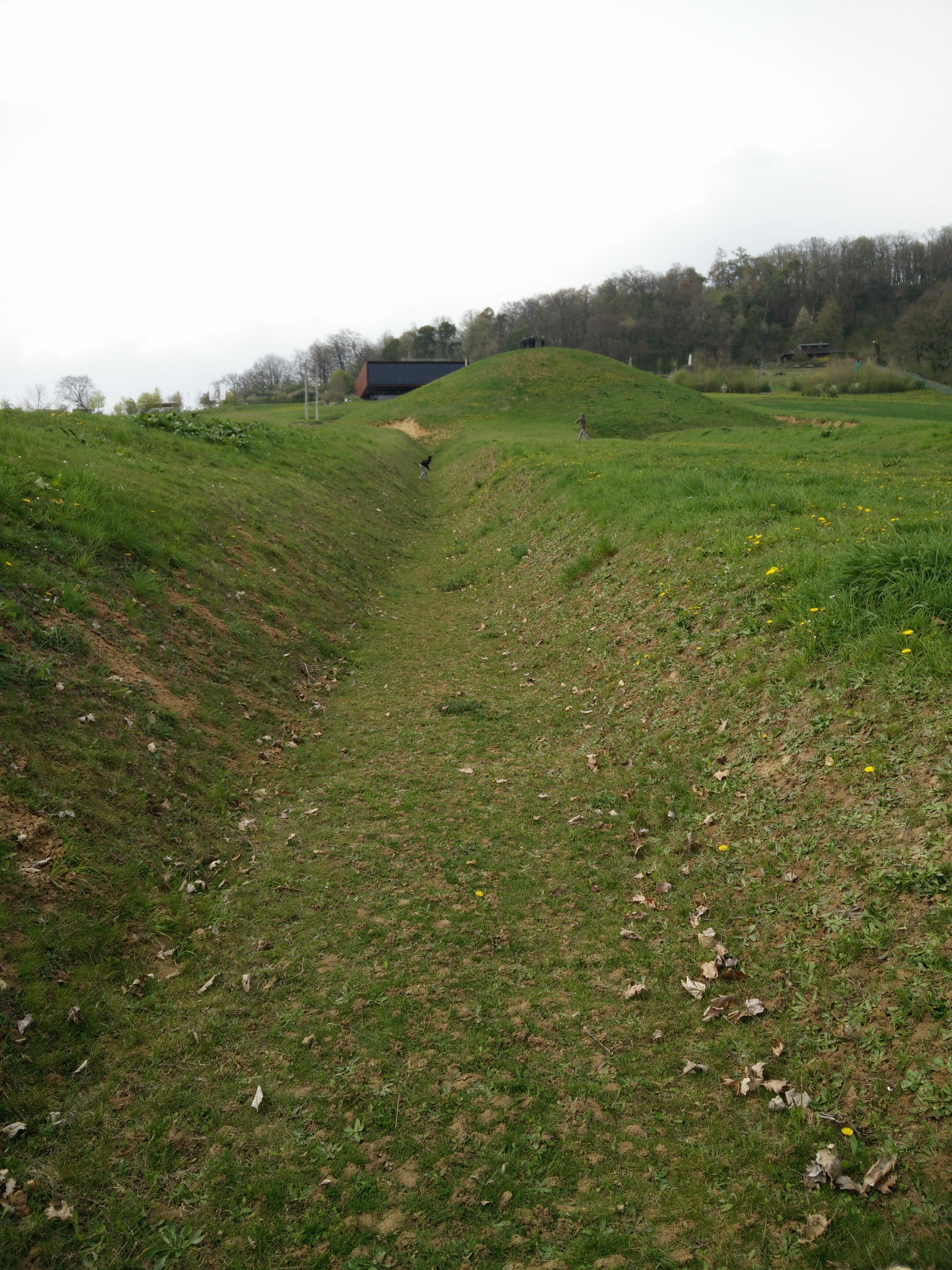 Hügelgrab und Graben